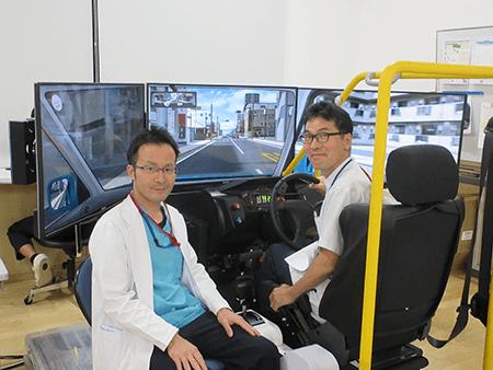 運転シミュレーターDS-7000Rと運転評価担当OT